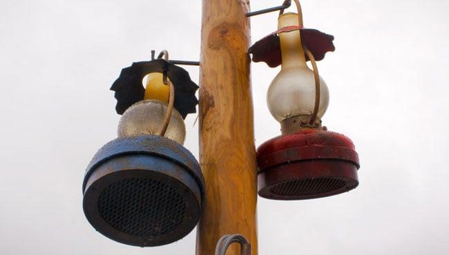 In de wachtrij hangen bijzondere lampen met verstopte speakers.